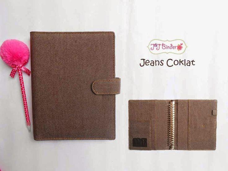 Nama  Produk : Binder Jeans Coklat Ukuran   :A5 20ring : 55rb , B5 26 ring : 65rb Bahan: Kain Jeans Deskripsi : 3 slot kartu, 1 slot foto 1 Slot pulpen
