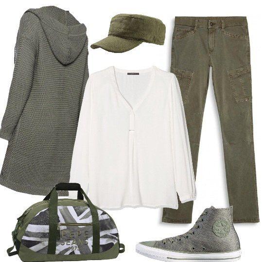 Outfit verde e con un tocco di bianco: cardigan ampio, con cappuccio, blusa di viscosa, jeans effetto cargo, cappellino militare, sneakers alte e borsone da viaggio.