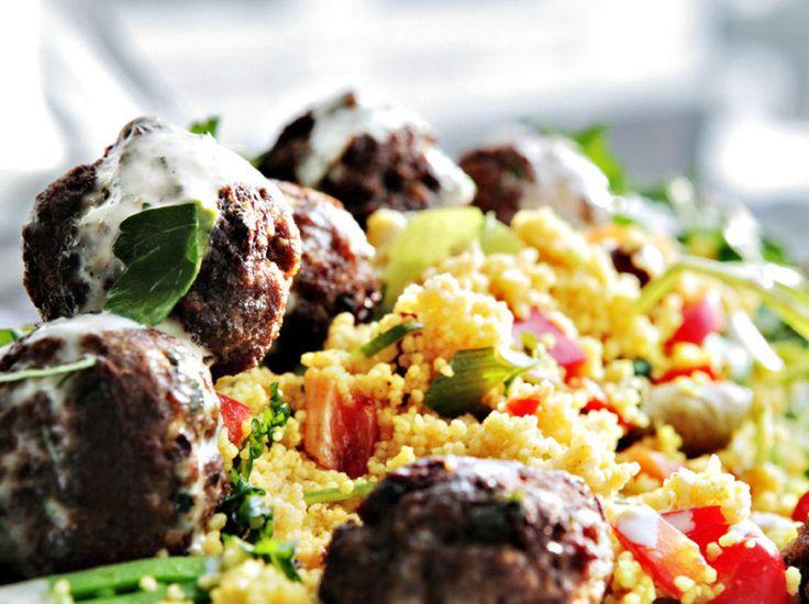Dette er heftige kjøttboller der hissigheten fra chili er balansert blant annet med friskheten fra sitron. Couscous er naturlig tilbehør - den samler Middelhavet til én region, med typiske italienske ingredienser sammen med den mauriske grunnstammen.Kilde: Adresseavisen