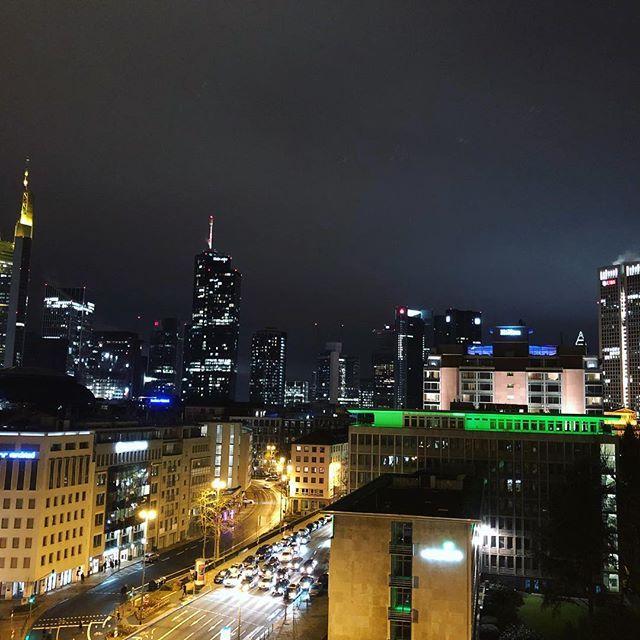 Ein tolles Wochenende mit @karriere_tutor geht zu Ende. Viele gute Gespräche interessante Diskussionen und Inspirationen gutes Essen und Party - sowie ein toller Blick über Frankfurt.  _______ #Frankfurt #FFM #Karrieretutor #KT #View #Skyline #Flemings #Inspiration