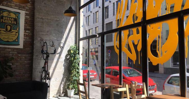 A Stáhly utcában május közepén nyílt meg a Typo, mely kávézó, reggeliző, találkozóhely, galéria, bár és vintage üzlet egyben. Vegytiszta Berlin a Blahán.