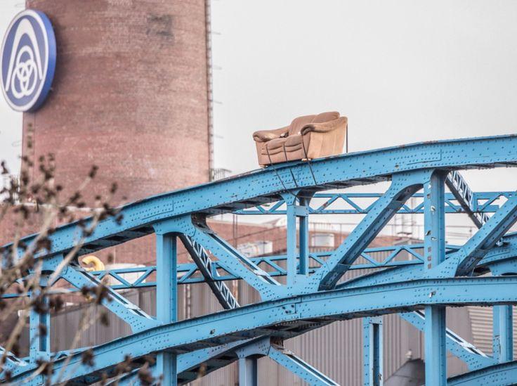 Unbekannte schnallen Sofa auf Duisburger Brücke - | WAZ.de