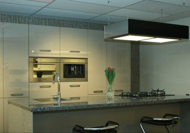 Deze aXiair Aledo recirculatie afzuigkap is voorzien van Domaplasma Luchtzuivering, LED verlichting en randafzuiging.  De verlichting is dimbaar. Afstandsbediening wordt standaard meegeleverd. Deze vrij-hangende recirculatie afzuigkap is overal in de keuken toepasbaar. Recirculeren met Domaplasma staat voor energiebesparing en vrijheid van koken, u bepaalt waar u in de keuken wilt koken!  www.axiair.nl  info@axiair.nl