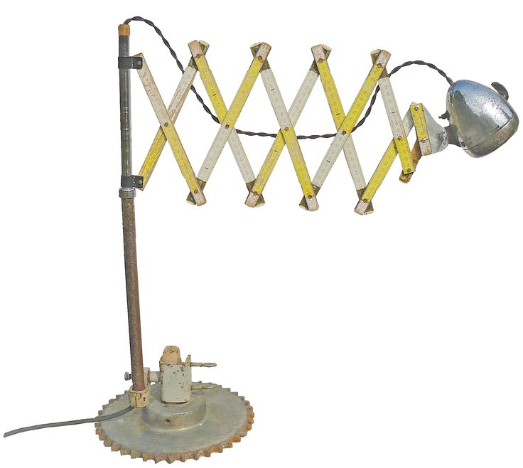 Bureau schaarlamp van oude onderdelen : Bosch Koplamp, Duimstok meetlat, Tandwiel, Klem staander. In de koplamp zit een G4 12V LED lamp