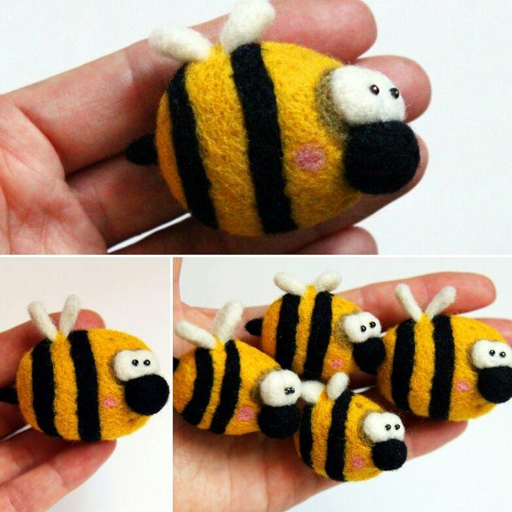 """Questa simpatica ECO-spilla di lana naturale """"L'ape buona"""" renderà il vostro bambino più felice. Il vostro bambino sarà belissimo con questa ECO-spilla nel capellino, nella maglieta o nel vestito. """"L'ape buono"""" potrebbe essere un bel regalo per i compleanni di tutti i bambini. Potete mettere l'ape nel bouqet dei fiori quando festegiate un momento importante. I giocattoli chinese non sono attuali. Siate originali regalate l'eco-spilla """"L'ape buona""""! Il prezzo: 15 €. Spese spedizione: 6 €"""