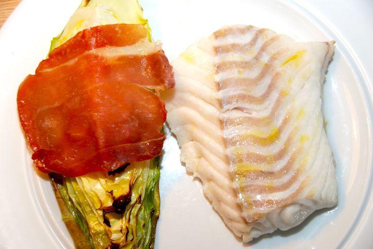 Prøv lige denne lækre opskrift med ovnbagt torsk med spidskål. Spidskålen svøbes med parmaskinke, og bages i ovnen. Ovnbagt torsk med spidskål er god mad med fisk i ovnen, men pas på med ikke at ba…