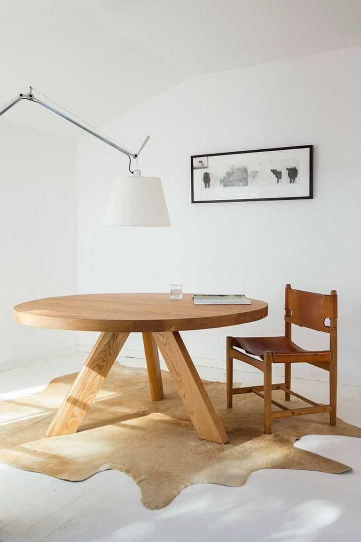 mesa redonda con tres patas