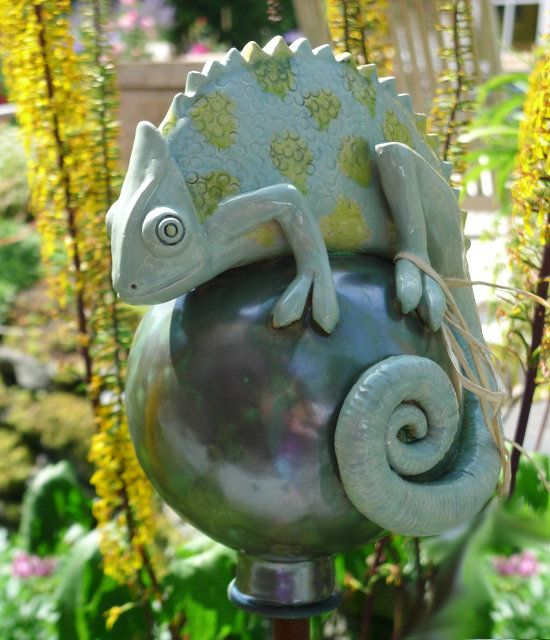 Tierfigur Chamäleon auf Keramik Kugel…