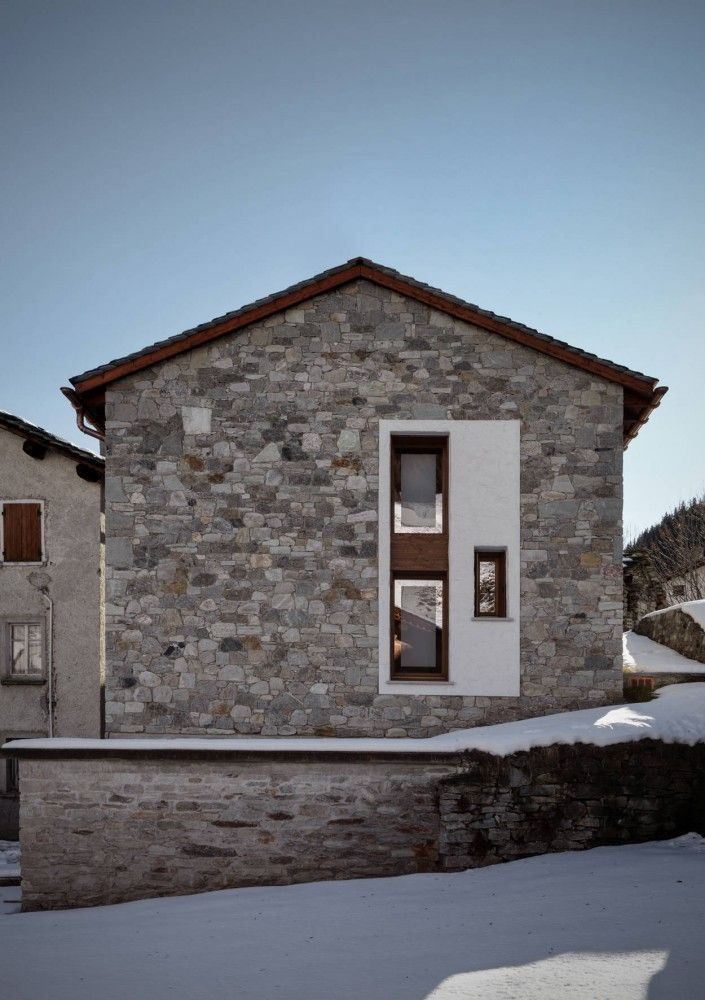 Old and new. LOVELY - UP House / ES-arch