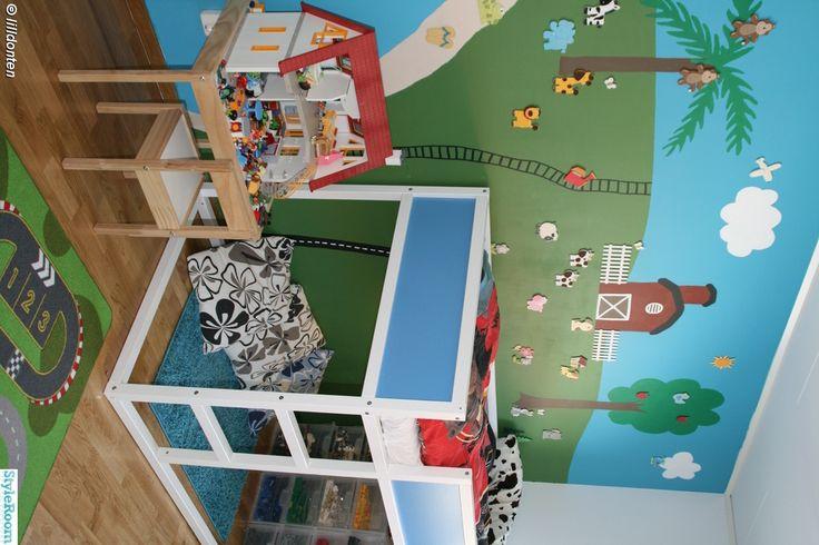 barnrum,barnrumsinredning,kura loftsäng,ikea kura,loftsäng,lego,förvaring,legoförvaring,fondvägg,målad fondvägg,playmobil,playmobilhus,leksakshus,dockhus,bondgård,djur,blå,grönt
