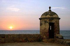 No por casualidad muchos amantes escogen Cartagena como el lugar para unir sus destinos. La belleza colonial de sus calles, la noche cálida que se conjuga con la suave brisa de mar que envuelve a los enamorados que recorren en coche o caminando el centro histórico de la ciudad amurallada.