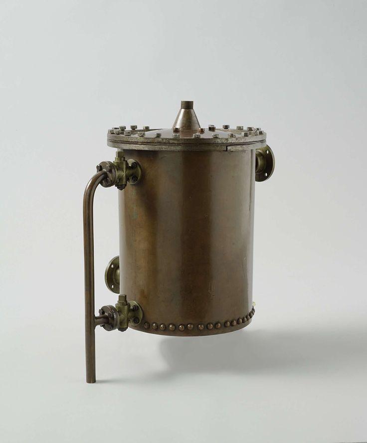 James Bouvery Grant | Condensor, James Bouvery Grant, 1866 - 1870 | Distilleerapparaat of condensor voor het verkrijgen van zoet water uit zout water, met handgeschreven uitleg op papier (NG-MC-1108-2). Het systeem heeft twee gescheiden waterstromen: koud zeewater van buiten het schip komt het uitwendige, cylindrische vat beneden binnen en, verhit, verlaat het apparaat langs boven en wordt weer buiten het schip geleid; stoom wordt door de bovenkant het apparaat ingeleid en verdeeld in een…