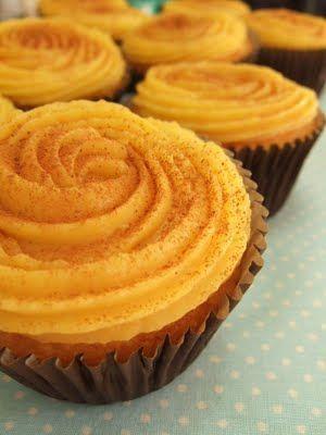 Cupcake de Fubá com Brigadeiro de Milho Massa: * xícara medidora de 240ml 2 ovos extra (60g cada) 1/2 xícara mal cheia de óleo 1/2 xícara de suco de laranja bagaço do milho do brigadeiro 3/4 xícara de açúcar refinado 2/3 xícara de farinha de trigo 2/3 xícara de kimilho (farinha de milho em flocos finos pré-cozida) 1/2 colher (sopa) de fermento em pó