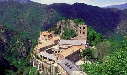 Vue aérienne de l'abbaye de Saint Martin du Canigou, l'un des lieux de retraite de la communauté des Béatitudes