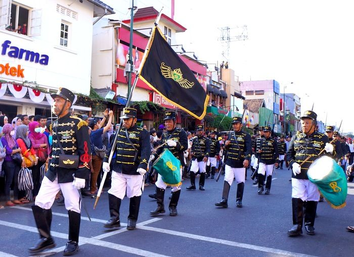 The sultans army- Soldiers from the sultanate of Ngayogyakarta take part in a cultural parade in Jl. Malioboro. (photo by Edna Tarigan)