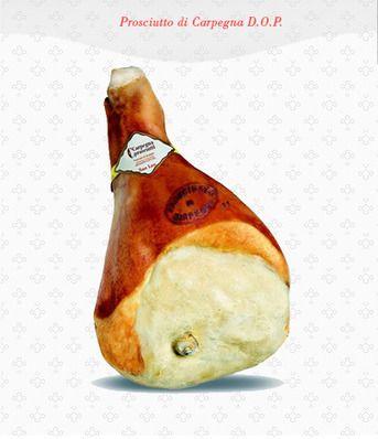 PROSCIUTTO DI CARPEGNA DOP - Le cosce vengono pressate, poi cosparse di sale grosso e lasciate sgrondare per circa 3 settimane. Si procede alla lavatura con vino bianco, poi all'aromatizzazione con pepe. Nella parte non protetta dalla cotenna si applica la sugnatura, strutto mescolato a farina e pepe. La stagionatura ha la durata di un anno. Il prosciutto si deve presentare compatto, dal sapore delicato e dall'aroma fragrante.