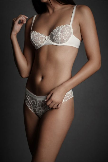 Sıra dışı beyaz: Alternatif gelinlik modelleri #gelinlik #gelinlikmodelleri gelin iç çamaşırı