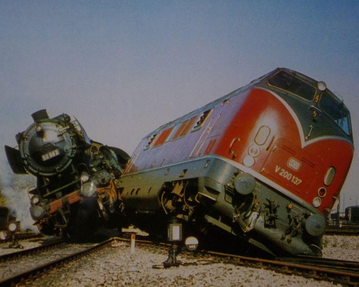 1965: Ein Eisenbahn Unfall in der Nähe des heutigen Eisenbahnmuseums Bochum-Dahlhausen, bei dem zwei Lokomotiven beteiligt waren.