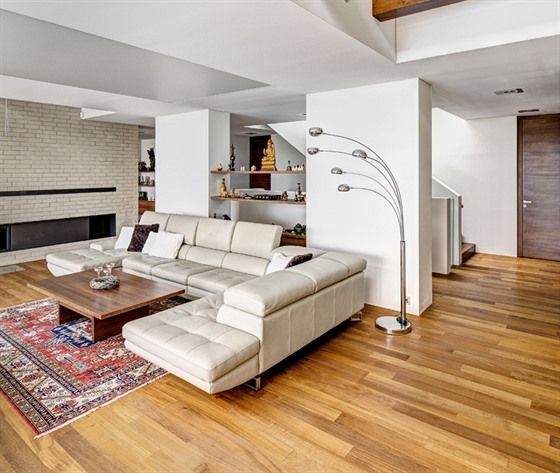 """V domě – kromě sezení, stolů a postelí – prakticky nenajdeme """"standardní"""" nábytek. Police, skříně, krb a další vybavení jsou integrovány do stěn a dalších konstrukčních prvků a tvoří s nimi nedílnou kompozici."""