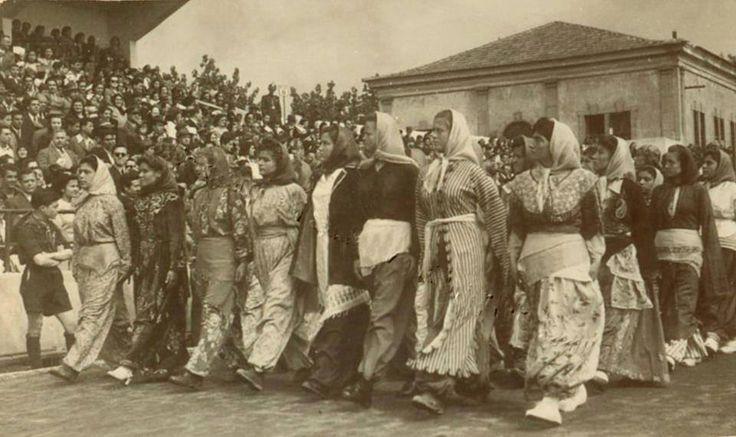İzmir Kızılçullu Köy Enstitüsü Öğrencileri. Alsancak stadında bir törende.(1940'lı yıllar)