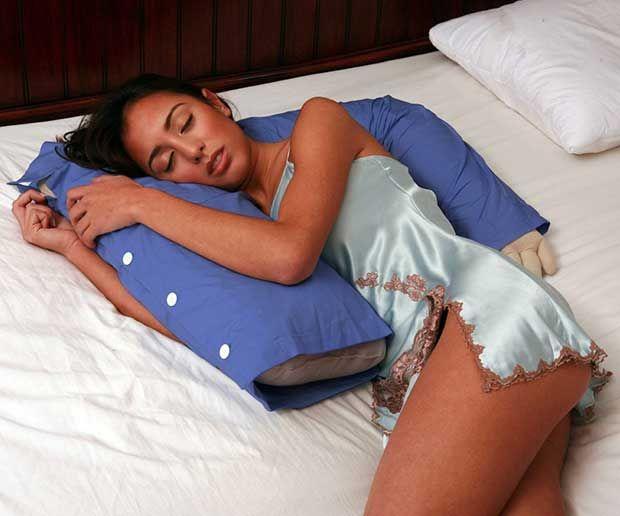 Regala esta original almohada con la forma del torso de tu pareja que te abraza mientras duermes. Aparte de ser un buen artículo para gastar bromas y pasar un momento divertido, es realmente cómoda y efectiva para descansar plácidamente. #almohadas #dormir #dormitorio #descanso #novios #lagacetafriki #regalo #regalos #regalosoriginales #regalooriginal #original #regaloideal #regalosfrikis