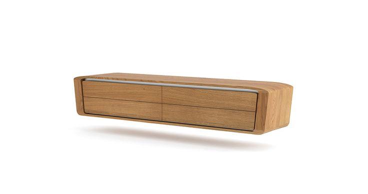 Skrinka pre elegantné zariadenie obývacej steny. Oblé línie vyzdvihujú charakter luxusnej dreviny, demonštrujú jedinečnosť materiálu a jeho charakter. Praktické riešenie vnútorného usporiadania poskytuje priestor pre AV systémy a skryté káblovanie. Solitér pre modernú domácnosť . Závesný systém. Usporiadanie: sklopné dvierka x2