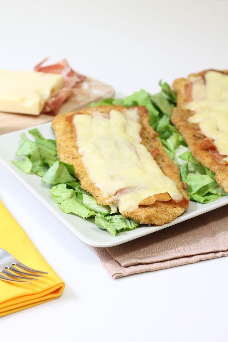 Un secondo piatto ricco e sostanzioso: cotolette di tacchino arricchite con fettine di prosciutto crudo e formaggio, da servire come piatto unico per una cena sfiziosa!