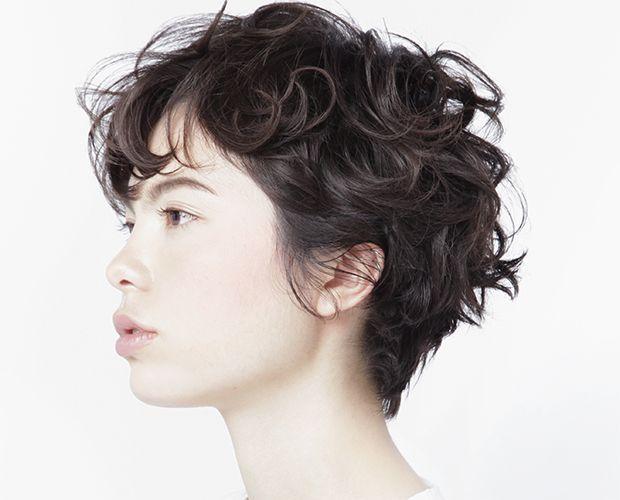 無造作な毛先のカールが、乙女心をくすぐるショートスタイル。 クセ毛風の質感パーマをかけることで、シンプルなショートヘアがパリジェンヌのような質感に。 首元がスッキリしたショート...