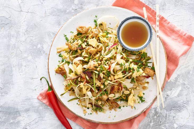 Kijk wat een lekker recept ik heb gevonden op Allerhande! Snelle pad thai met kip en ei