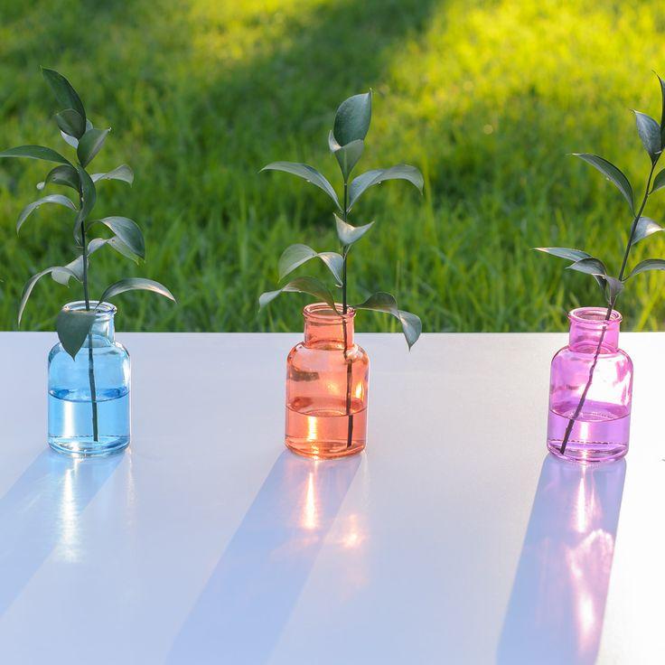 Botellas de cristal de color para decorar.