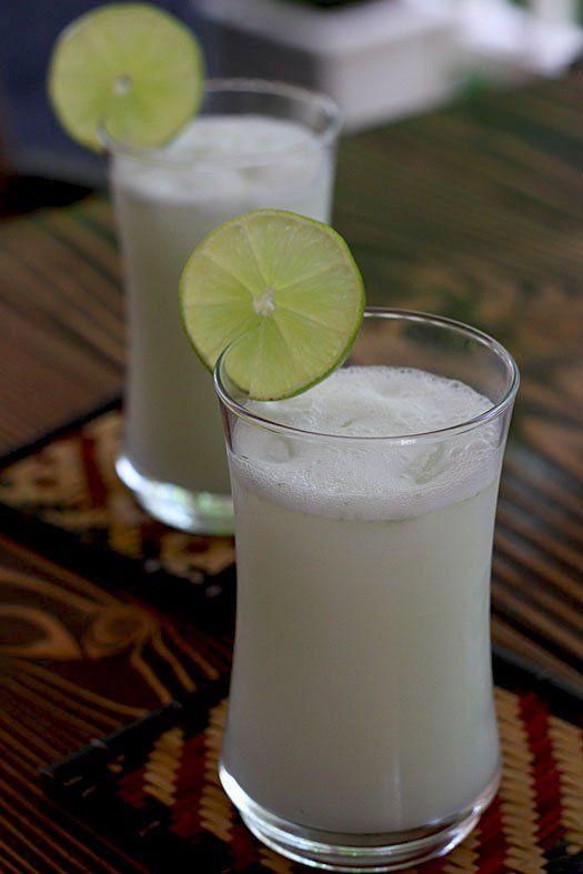 Lleva los ingredientes de una limonada regular más la leche de coco y unas hojas de menta o albahaca para aromatizar un poco la bebida. Uso leche de coco de la que viene enlatada sin azúcar pues desafortunadamente aquí en Colorado es muy raro encontrar un coco fresco.