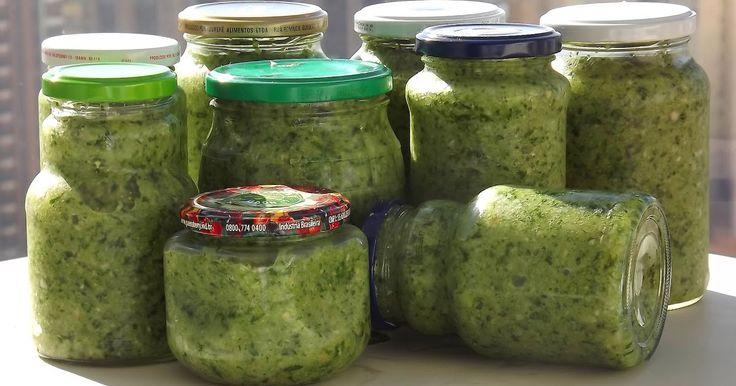 Há muitos anos, minha mãe adotou um tempero super caseiro e versátil à base de alho, cebola, sal e ervas frescas. Ele serve para arroz, f...