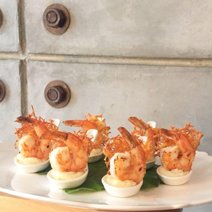 Cucharitas de langostinos sobre puré de papa rústico y crocante de coco