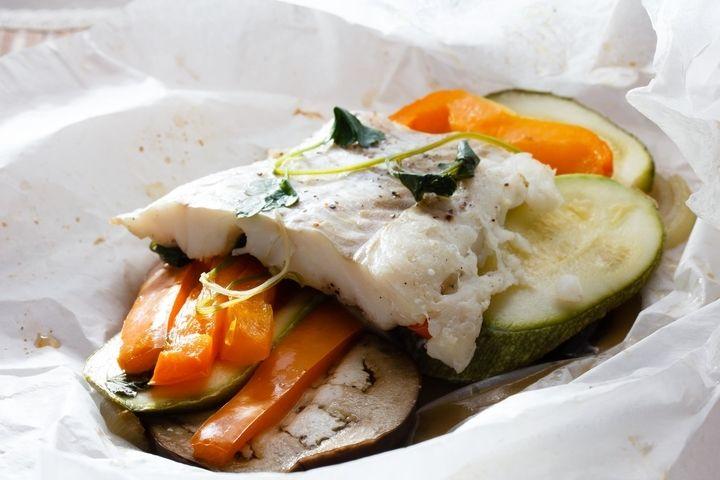 Треска, запеченная с овощами в пергаменте - пошаговый рецепт с фото: В пергаменте можно запечь любую рыбу, например, семгу, палтуса или треску. Особенно вкусно с овощами... - Леди Mail.Ru