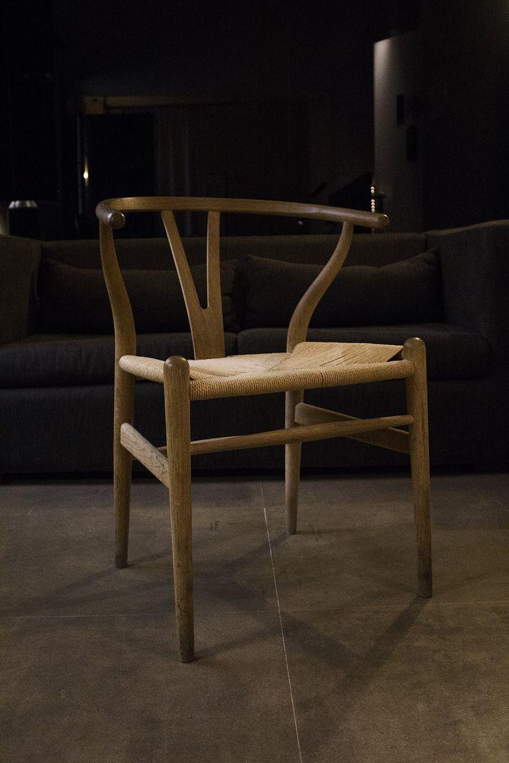 Silla CH24 Wishbone (YChair)  Designer: Hans Wegner  La silla CH24 Wishbone, tambien llamada Silla Y en referencia a su respaldo en forma de « Y », es una de las sillas mas célebres del internacionalmente renombrado diseñador de muebles danés, Hans Wegner. Combina la tradición artesanal con la última tecnología. La silla tuvo un éxito comercial sin precedentes para el diseñador habiendo contribuido significativamente a hacer de Dinamarca un lider mundial en materia de diseño.