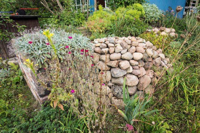 Steinhaufen Oder Trockenmauer Anlegen Nabu Blumenbeetanlegen Sie Konnen Vielfaltig Gestaltet Werden Sehen Hubsch Aus Garden Garden Decor Outdoor Decor