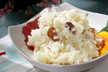 Рецепт каши рисовой с изюмом как в детском саду. Рис — 150 г  Молоко — 550 г  Вода — 250 г  Изюм — 75 г  Масло сливочное — 25 г  Сахар — 25 г  Соль — по желанию