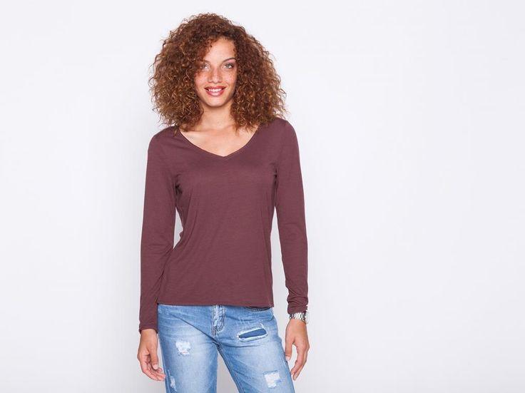 Ce t-shirt va révéler votre sensualité avec un drapé délicat dans le dos. Il est confectionné dans une maille chinée et possède un col en V. Faites le choix d'un jean flare ou d'un pantalon slim zippé en bas pour compléter votre look. T-shirt, coupe cintrée, col en V, manches longues, maille chinée, décolleté dos avec drapé.