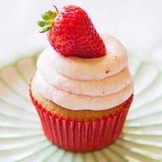 Receta fácil de Cupcakes de Fresa. Aprende cómo preparar la receta básica de los Cupcakes de Fresa de una forma fácil. Cobertura para Cupcakes de Fresa.