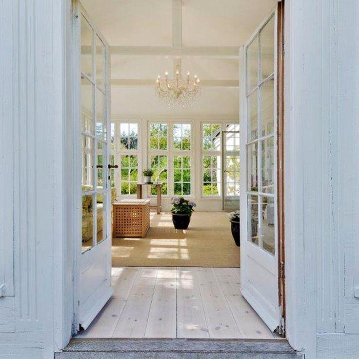 22. Maj 2017 Mange sprosset vinduer giver din havestue hygge og classic stil.  #vindue #havestue #classic #classicstyle #hygge #lyst #inspiration #ejendomsmægler #bernstorffestate
