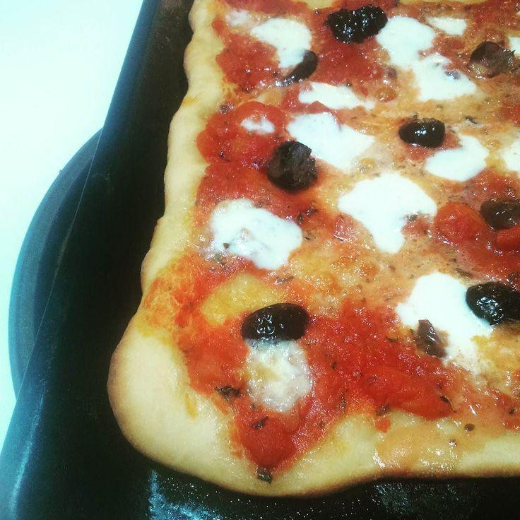 #lovepizza #pizza #picoftheday  #homemadepizza #instamood #instagood #bloggalineincucina #ifoodit e fuori due #margheritapizza #olive