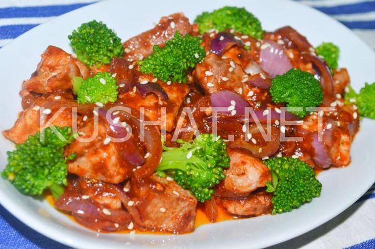 Такое простое и вкусное блюдо, как свинина тушеная с брокколи, присутствует во многих кухнях мира. В каждой из стран есть свои рецепты ее приготовления. Брокколи, как и многие другие овощи отлично сочетается с мясом в тушеном виде. Для тушения мяса с брокколи можно использовать также и разные овощи – лук, морковь, брюссельскую капусту, горошек, кукурузные […]