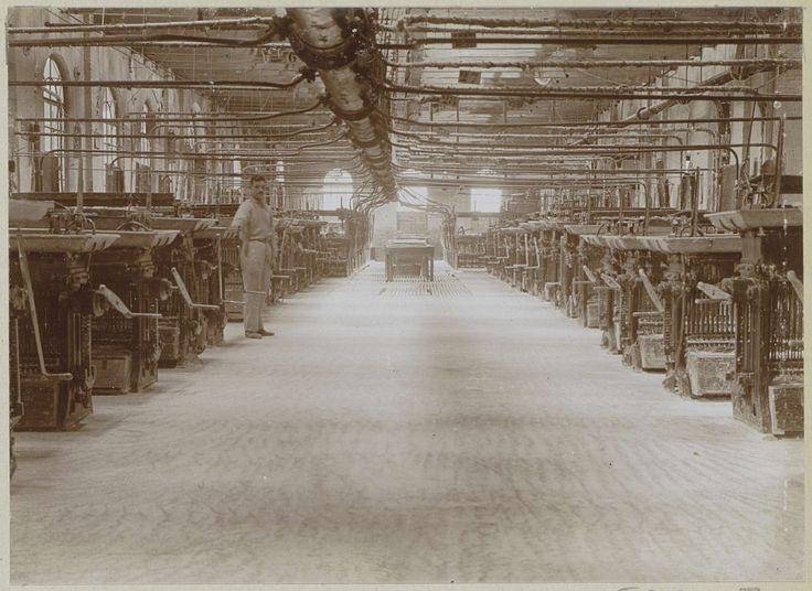 Anonymous | Interieur van een fabriekshal met machines en een werknemer, Anonymous, c. 1900 - c. 1910 | Onderdeel van Familiealbum met onder meer foto's van Wijnhandel Kraaij & Co. Bordeaux-Amsterdam.