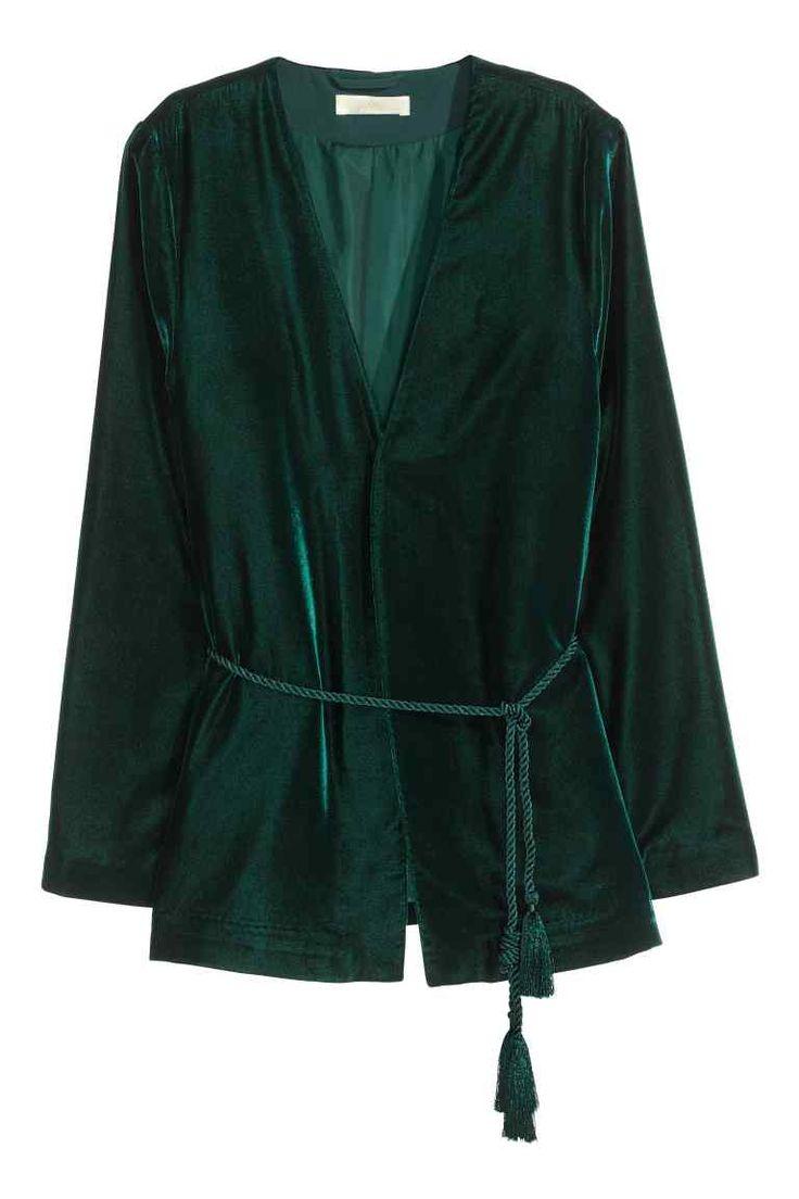 Casaco de veludo: Casaco de veludo com mangas compridas évasé e cinto de atar formado por cordão torcido. Sem botões. Forrado.