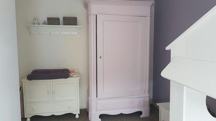 Kinderkamer, vintage roze kast