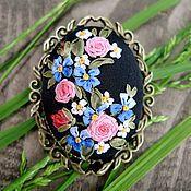 Купить или заказать Брошь с вышивкой Английские розы в интернет-магазине на Ярмарке Мастеров. Брошь с вышивкой шёлковыми лентами 'Английские розы'. Классические нежные розы оттенка от глубокого розового до бледного в сочетании с крошечными незабудками на ярко-синем переливающемся бархате. Очень простой, но выразительный рисунок. Использована американская винтажная фурнитура. Это авторская вышивка, выполненная без использования эскизов и схем, поэтому не может быть в точности повторена.