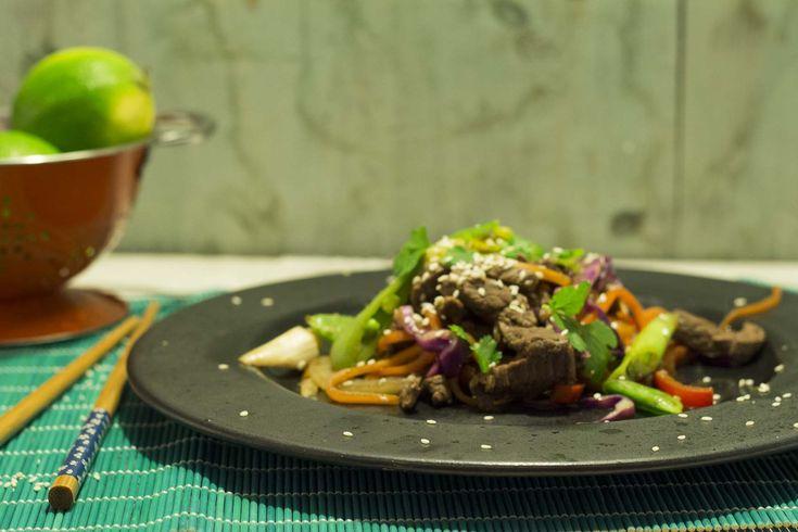Min wok med oksekød blev ualmindeligt vellykket. Sprød, frisk, farvestrålende, knasende og fuld af velsmag. Og med et chili-bid, der nev lige tilpas