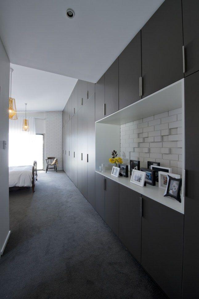 Интерьер спальни продолжает присущую всему дому тему черного, белого и желтого цветов. .