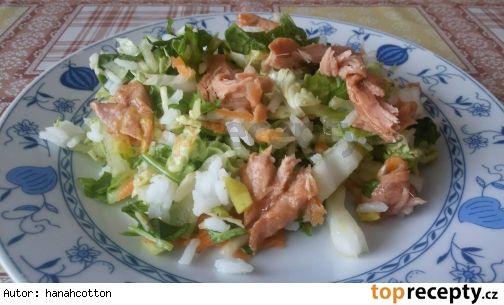Pikantní zeleninový salát s rýží a tuńákem