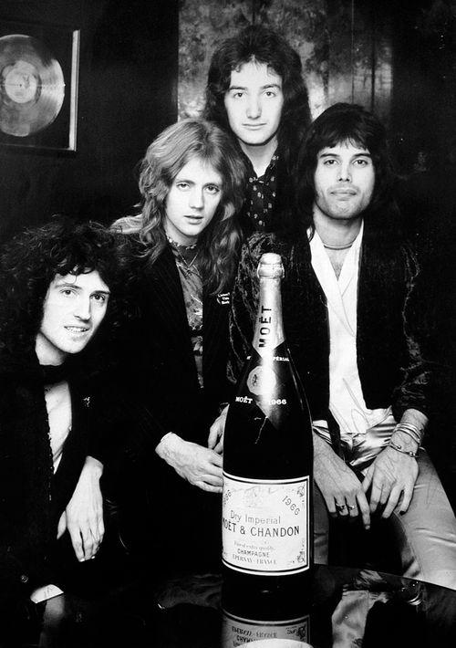 Celebrating Killer Queen making with a bottle of Moët et Chandon Die Queen, I Am A Queen, Save The Queen, Queen Ii, John Deacon, Queen Photos, Queen Pictures, Queen Images, Queen Freddie Mercury